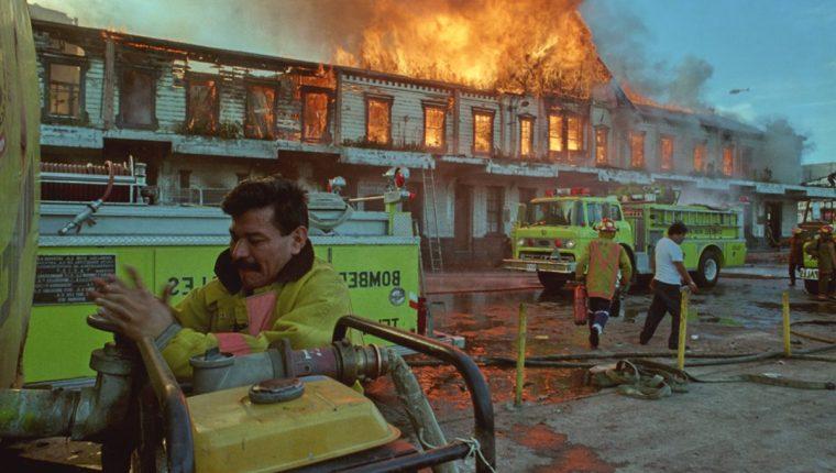 El 6 de noviembre de 1995 ardió el histórico edificio de la empresa estatal Ferrocarriles de Guatemala (Fegua) se quemaba. (Foto Prensa Libre: Hemeroteca)