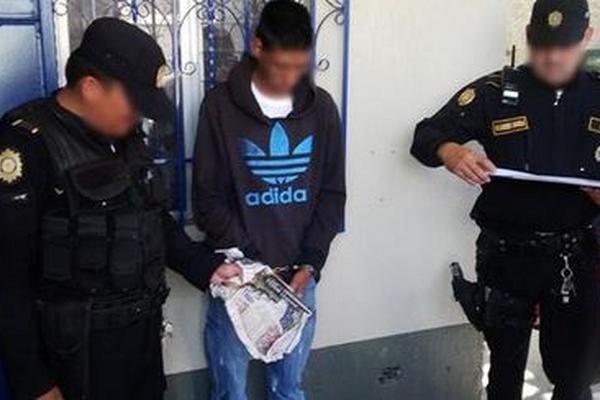 """Policías custodian al menor detenido por el intento de matar a maestra. (Foto Prensa Libre: PNC)<br _mce_bogus=""""1""""/>"""