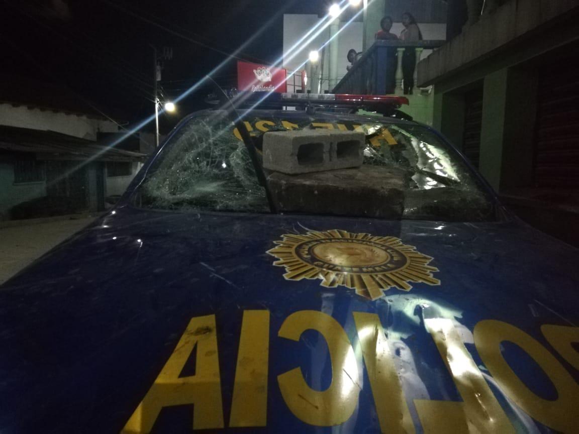 Pobladores de Todos Santos Cuchumatán causan daños a un autopatrulla de la PNC. (Foto Prensa Libre: Heidy Samayoa)