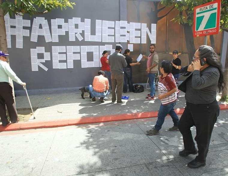 Algunas personas realizaron manifestaciones para pedir que el Congreso aprobara las reformas al sector Justicia. (Foto Prensa Libre: Hemeroteca PL)
