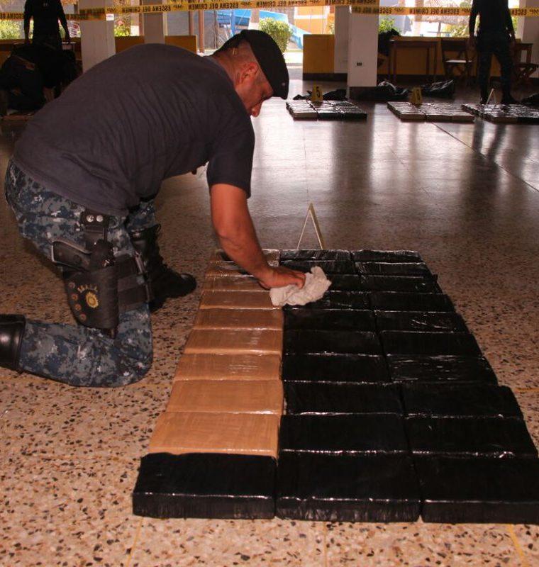 Fiscales del MP y agentes de la PNC contabilizaron la cantidad de cocaína transportada, tras lo cual fueron detenidos tres colombianos y cuatro guatemaltecos. (Foto Prensa Libre: PNC)