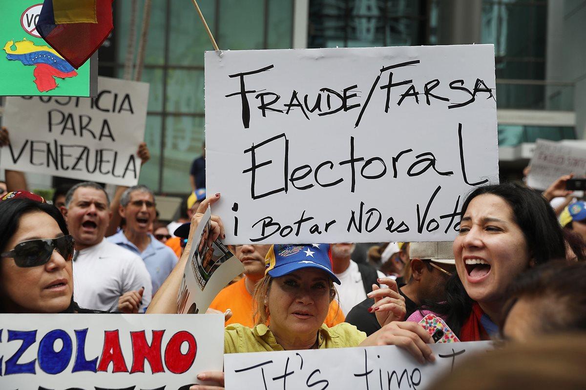 Protesta frente a la Embajada de Venezuela en Florida contra los comicios venezolanos. (Foto Prensa Libre: AFP)