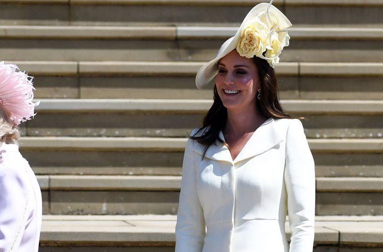 Kate Middleton, duquesa de Cambridge, optó por un conjunto para que las miradas se posaran por completo en la novia.
