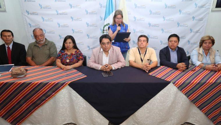 Mesa de negociación se pronuncia en conferencia sobre la huelga del magisterio. (Foto Prensa Libre: Esbin García)