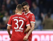 """Lewnandowski y Kimmich celebran """"la manita"""" del conjunto bávaro a solo horas de anunciarse que jugarán contra el Real Madrid en semifinales de Champions. (Foto Prensa Libre: AFP)"""