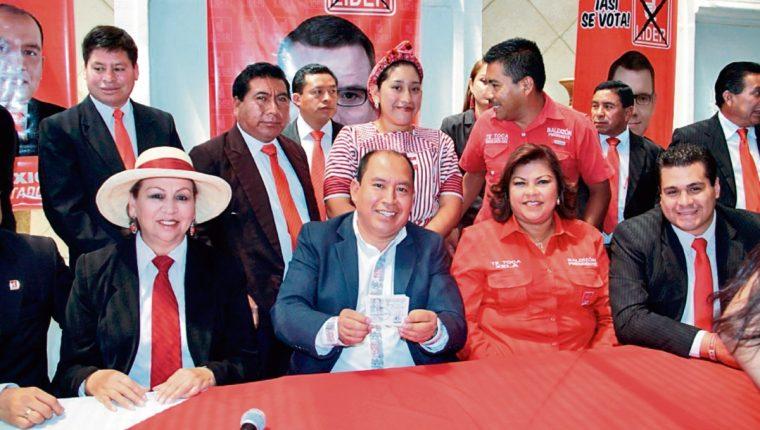 diputado Julio Xicay muestra credencial otorgada por el TSE.