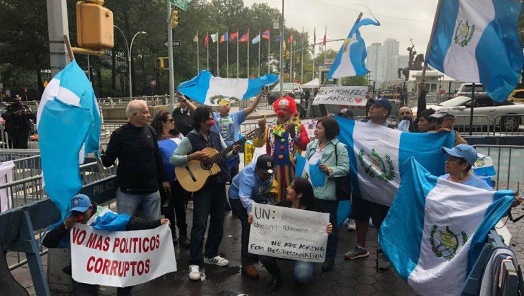 Grupo de migrantes lanza consignas contra Jimmy Morales frente a la sede de la ONU en Nueva York. (Foto Prensa Libre: Cortesía de Bryant Paredes)