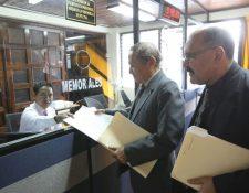 Ovidio Girón y Edgardo Enriquez, del IDPP, presentan una acción en la CC. (Foto Prensa Libre: Erick Ávila)