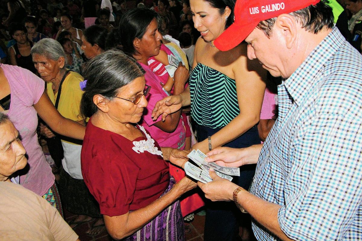 Alcalde regala dinero en actividad del Día de la Madre