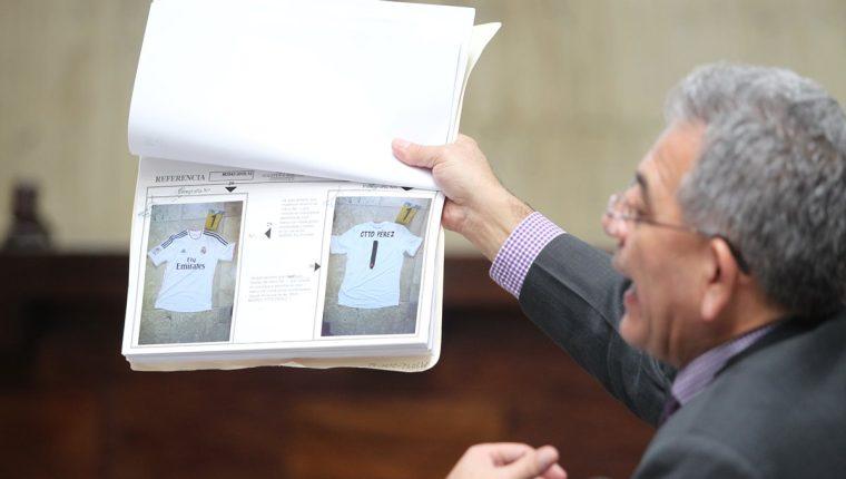 El presidente del Juzgado B de Mayor Riesgo, Miguel Ángel Gálvez muestra la evidencia del caso Cooptación del Estado. (Foto Prensa Libre: Érick Ávila)