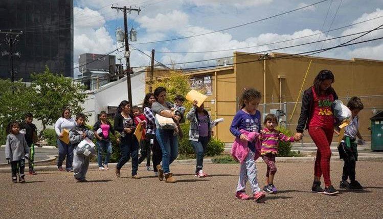 Se calcula que tres mil menores de edad fueron separados de sus padres en lo que duró la política de separación de famfilias. (Foto Prensa Libre: Hemeroteca PL)