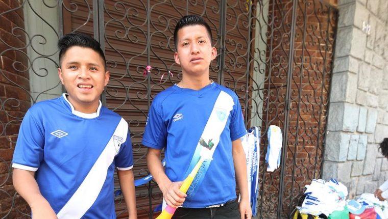 Óscar Laj y Romeo Cal viajaron desde San Cristóbal, Alta Verapaz para solicitar al Congreso que legisle en favor del futbol nacional. (Foto Prensa Libre: Edwin Fajardo)
