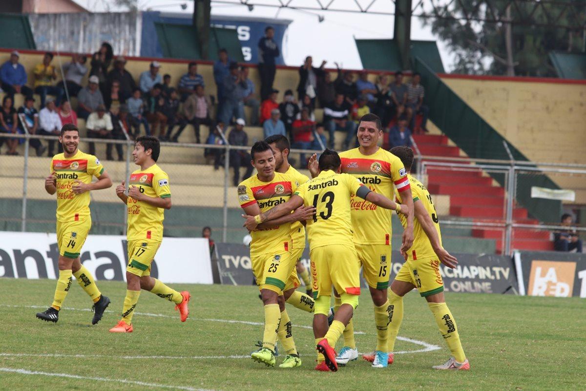 Joaquín Alvarez festeja el primer gol de Marquense. (Foto Prensa Libre: Raúl Juárez)