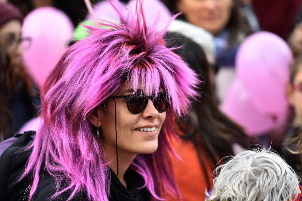 En Italia las mujeres usaron el color morado y con una sonrisa exigieron el cese a la violencia de género.