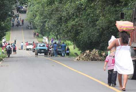 Varios puntos en la carretera entre Malacatán y Tajumulco fueron bloqueados por pobladores de San Marcos. (Foto Prensa Libre: Alexander Coyoy)