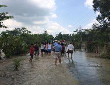 Vecinos temen que el río dañe pertenencias en sus viviendas. (Foto Prensa Libre: Rolando Miranda)