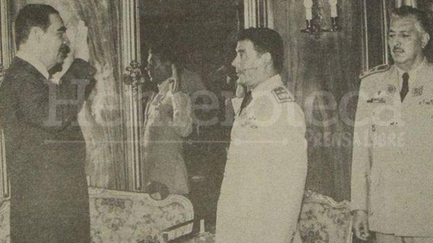 El expresidente guatemalteco Fernando Romeo Lucas García juramentó a su hermano Manuel Benedicto como Jefe del Estado Mayor del Ejército en 1981. (Foto: Prensa Libre)