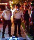 Los Bomberos Voluntarios revisan y confirman la muerte del agente de la PNC en la zona 3. (Foto Prensa Libre: CVB)