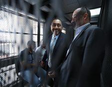 Mauricio López Bonilla y Moisés Galindo en la carceleta del juzgado de mayor riesgo D, este lunes. (Foto Prensa Libre: Paulo Raquec).