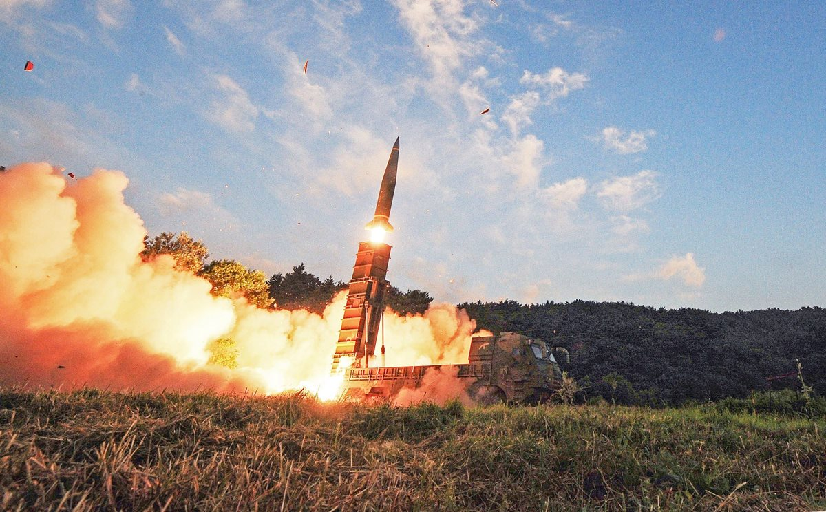 Lanzamiento de un misil en una localización sin revelar en la costa este de Corea del Sur.(EFE).