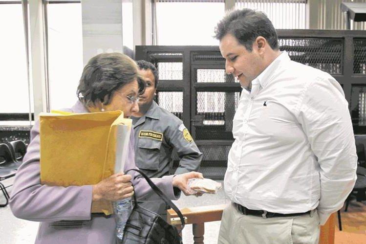 Ofelia de León y Roberto Barreda, implicados en el caso Siekavizza, durante una audiencia del caso.(Foto Prensa Libre: Hemeroteca PL)