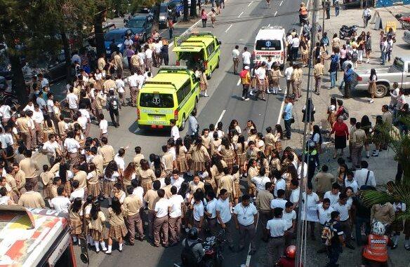 Estudiantes arrollados manifestaban en la 33 avenida y calzada San Juan, en la zona 7 de la capital. (Foto Prensa Libre: Bomberos Municipales)