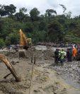 Pobladores observan como trabajan los socorristas y personal de la Conred en el lugar de la tragedia. (Foto Prensa Libre: Eduardo Sam Chun)