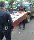 Agentes de la PNC trasladan a la morgue el cadáver de Gloria González. (Foto Prensa Libre: PNC).