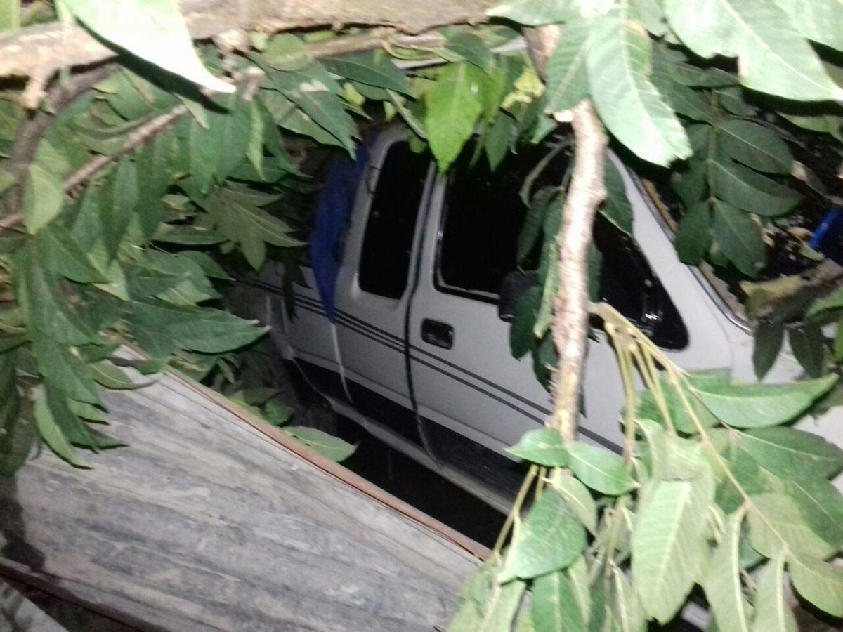 Un vehículo que transitaba por el lugar quedó parcialmente soterrado, sus ocupantes lograron ponerse a salvo. (Foto Prensa Libre: Mike Castillo)