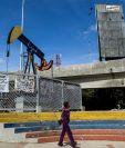 Los precios internacionales del petróleo ponen en apuros al gobierno venezolano. (Foto Prensa Libre: AFP)