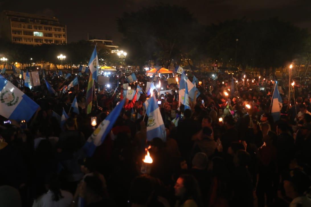 La marcha Seamos Luz exigió la renuncia y destitución de funcionarios que no actuaron de manera eficiente ante la tragedia del Volcán de Fuego. (Foto Prensa Libre: Estuardo Paredes)