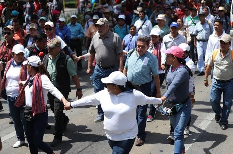 Durante la última marcha magisterial en mayo último, varios maestros rodearon a Joviel Acevedo para evitar cualquier contacto con la Prensa. (Foto: Hemeroteca PL)