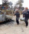Socorristas trasladan el cuerpo de uno de los linchados en Patzún, Chimaltenango, en 2015. (Foto Prensa Libre: Hemeroteca PL).