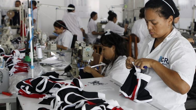 Operarias de CRJ Moda en Medellín (Colombia). La empresa pasó de tener 14 colaboradores informales a iniciar un negocio exitoso de la mano de 42 empleados legalmente contratados. (Foto, Prensa Libre: Efe).