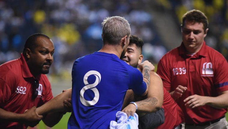 Un aficionado ingresó al terreno de juego para pedirle una fotografía a Jean Márquez. (Foto Prensa Libre: Wilfredo Girón)