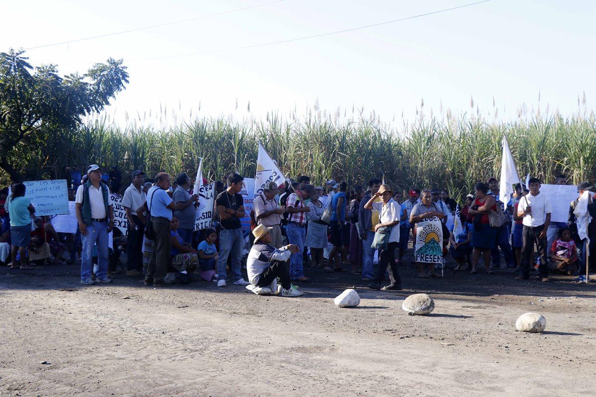 Un grupo de manifestantes de Champerico, Retalhuleu, bloquean el paso de camiones cañeros en el bulevar Centenario. (Foto Prensa Libre: Rolando Miranda)