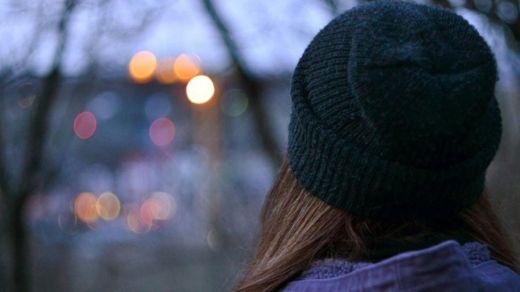Las personas que se sienten solas sufren la soledad en todas las estaciones del año, no sólo en el invierno. GETTY IMAGES