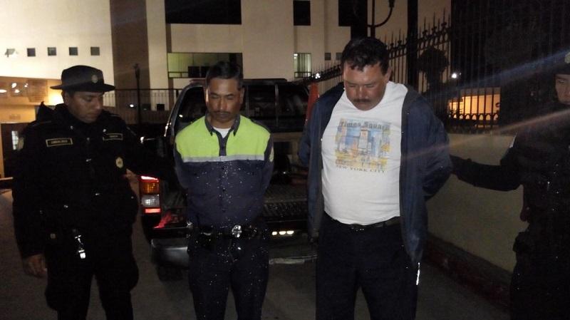 Los policías de tránsito de Xela Mario Efraín Mazariegos y Édgar Rolando Wálter Herrera fueron capturados en la avenida Jesús Castillo, zona 2 de Xela, cuando se conducían en moto en estado de ebriedad. (Foto Prensa Libre: Cortesía PNC)