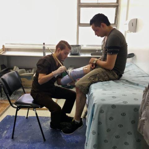 Las prótesis que fabrican en el hospital militar marcan el inicio de un largo camino de recuperación y adaptación a una nueva vida. NATALIA GUERRERO