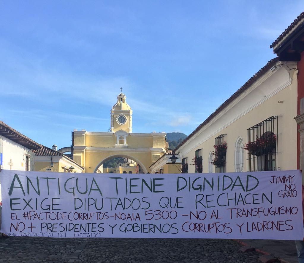 La pancarta de protesta se colocó por unos minutos en la calle del Arco de Antigua Guatemala, Sacatepéquez. (Foto Prensa Libre: Julio Sicán)