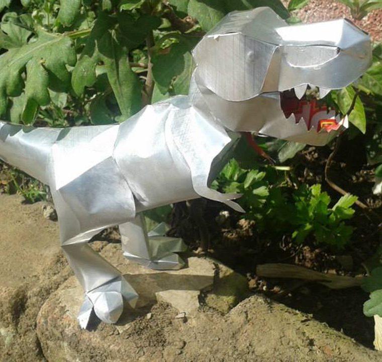 Los dinosaurios son uno de los diseños más solicitados por los niños. (Foto Prensa Libre: Ángel Julajuj)