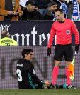 """A pocos minutos de iniciado el partido contra el Leganés, Vallejo no pudo continuar más por un """"tirón"""" en la pierna. (Foto Prensa Libre: EFE)"""