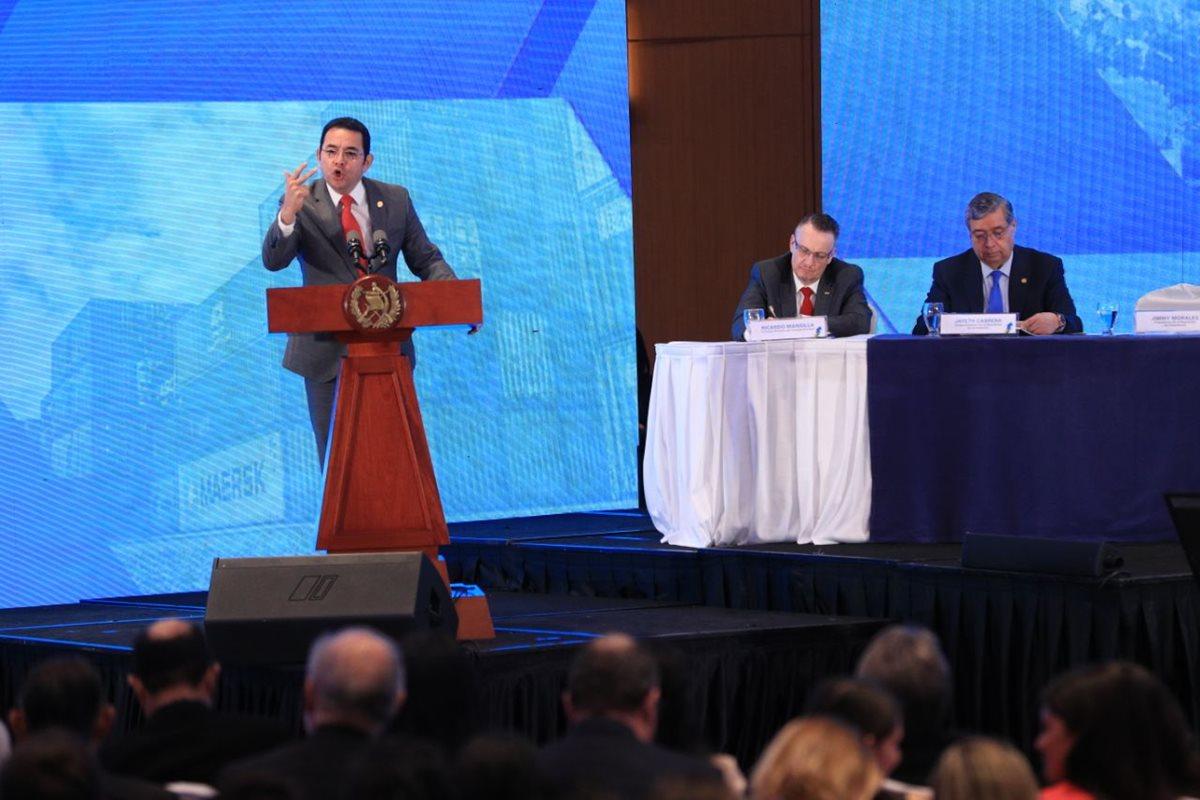 El presidente Jimmy Morales dirige un discurso a empresarios y diputados durante el encuentro Presentación de la Política Nacional de Competitividad. (Foto Prensa Libre: Carlos Hernández)