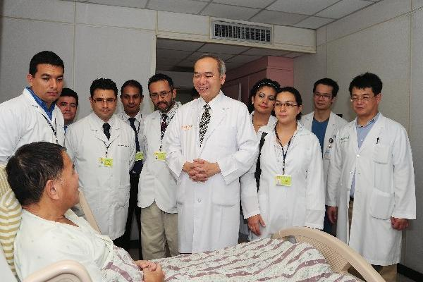 Chen Chao-long —al centro— instruye a  médicos guatemaltecos, durante el año de especialización en trasplantes de hígado que efectuaron en Taiwán. (Foto Prensa LIbre: Hemeroteca PL)