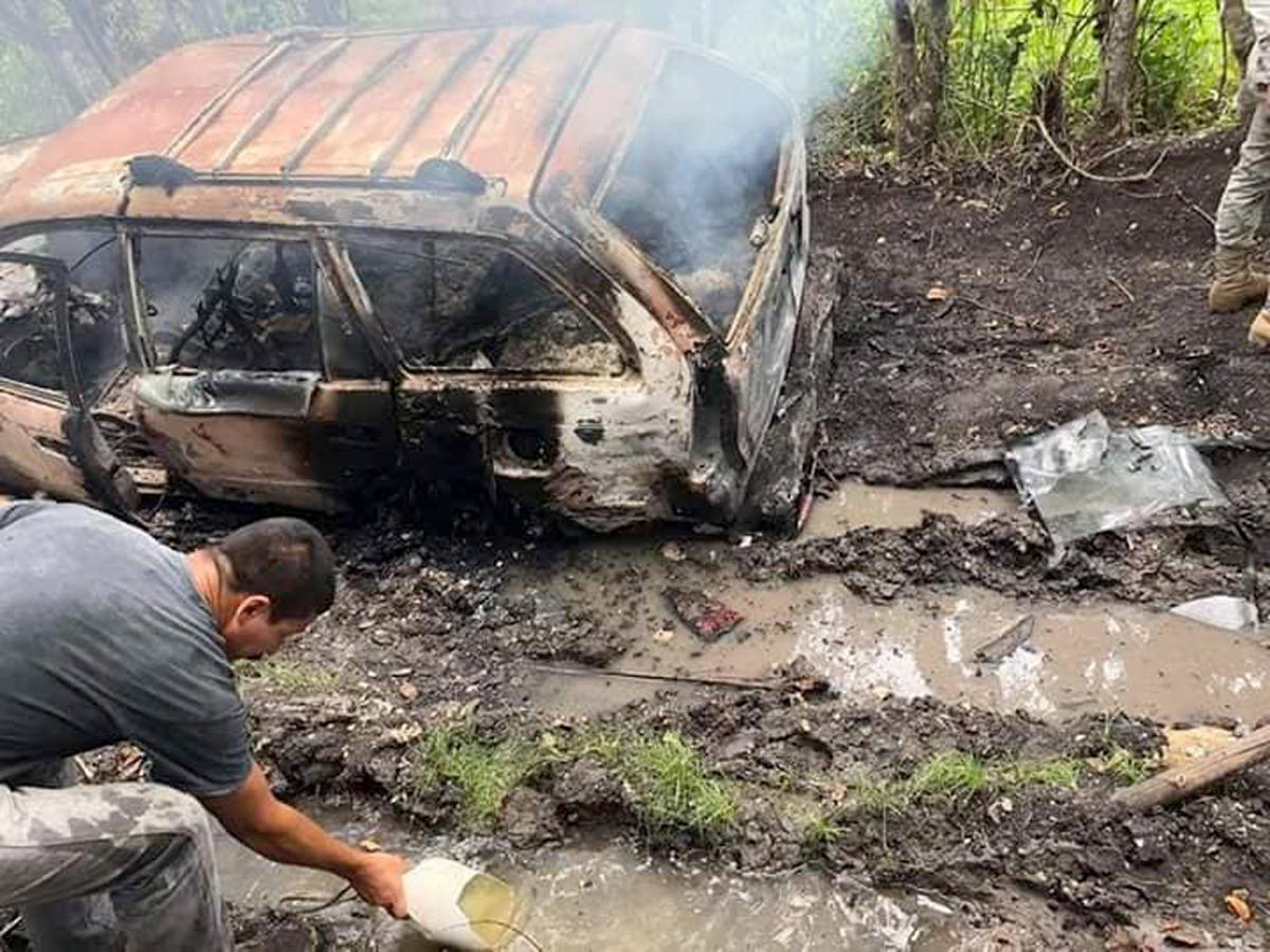 Un vehículo incendiado y dos personas fallecidas fueron localizados en la ruta al sitio arqueológico El Naranjo, en Melchor de Mencos, Petén. (Foto Prensa Libre: Dony Stewart)