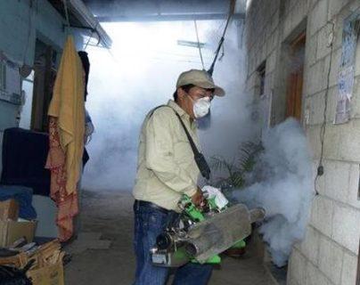 La fumigación es el último paso en el protocolo para erradicar el mosquito que contagia el dengue. (Foto Prensa Libre: Hemeroteca PL)