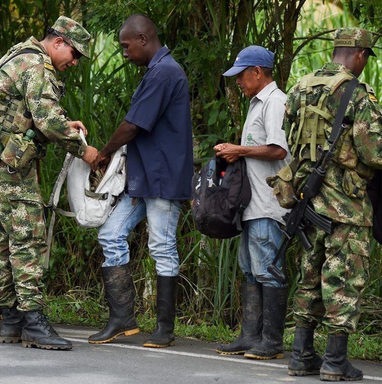 Efectivos del ejército colombiano revisan a varias personas en el municipio de Tumaco, Departamento de Nariño, en la costa del Pacífico. (AFP).