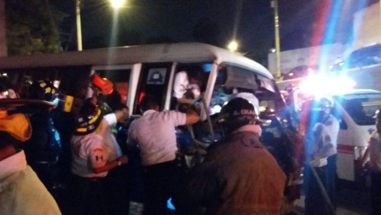 Bomberos prestan auxilio a las víctimas en el interior del microbús. (Foto Prensa Libre: Bomberos Voluntarios).