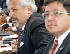 Lionel López Valdés —centro— viceministro de Finanzas, informa sobre los resultados de la primera subasta electrónica.