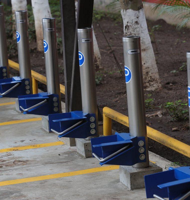 Las autoridades de la Usac invirtieron Q90 mil en la implementación de 17 parquímetros y el sistema digital del nuevo proyecto a prueba. (Foto Prensa Libre: Estuardo Paredes)